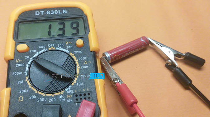 Measure-DC-Voltage-AAA-Battery